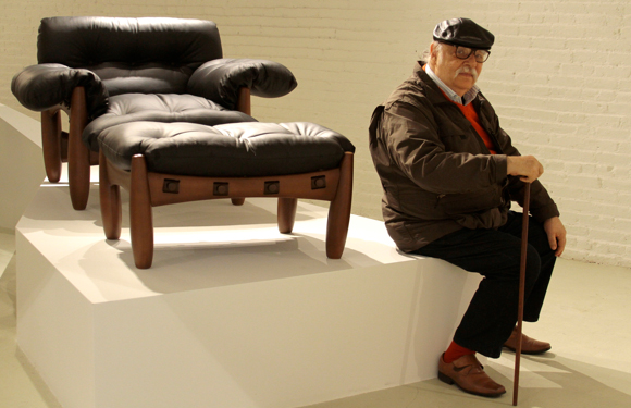 Sergio Rodrigues with his Mole chair