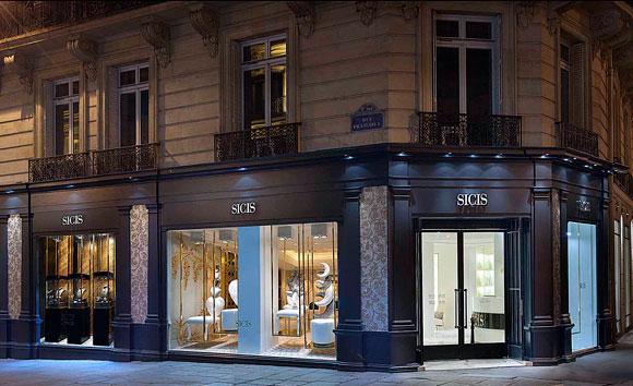ông bên ngoài phòng trưng bày SICIS mới ở Paris. Hình ảnh lịch sự của SICIS.