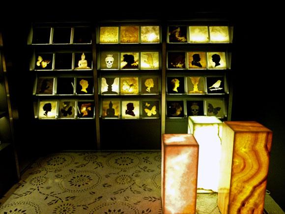 Một gạch và vật liệu hiển thị bên trong phòng trưng bày. Ảnh của James Graham.