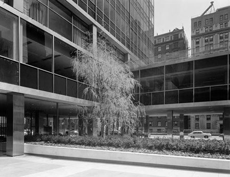 Lever House by by Gordon Bunshaft of Skidmore, Owings and Merrill, 1952. Photo courtesy of the Museum of the City of New York.