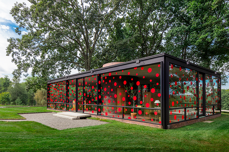 yayoi kusama affixes 1200 vinyl polka dots to philip johnson s glass house. Black Bedroom Furniture Sets. Home Design Ideas